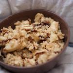 Szybkie śniadanie: Kasza jaglana z jabłkiem i morelami