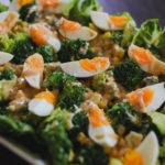 Kuchnia: Sałatka z brokuła, jajek, kukurydzy i sałaty rzymskiej z sosem cezar